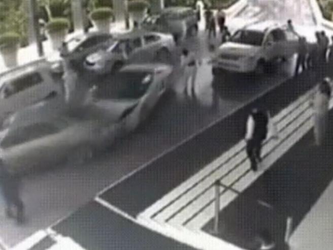 Parcheggiatore distrugge una Lamborghini Gallardo