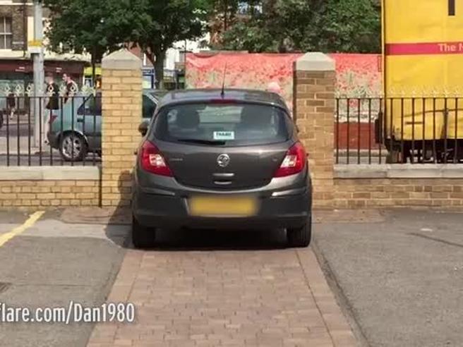 Ci prova più volte, ma non ci riesce: la scena dell'auto che non entra dal cancello è da ridere