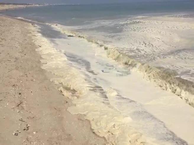Marina di Ravenna: una strana schiuma copre la spiaggia