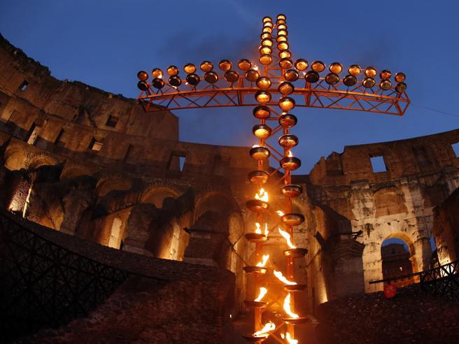 Via Crucis blindata, folla al Colosseo per  il Papa  Diretta