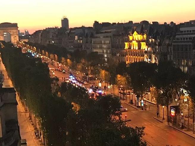 Parigi, Champs-Élysées senza folla e decine di auto della polizia sui viali: diretta video