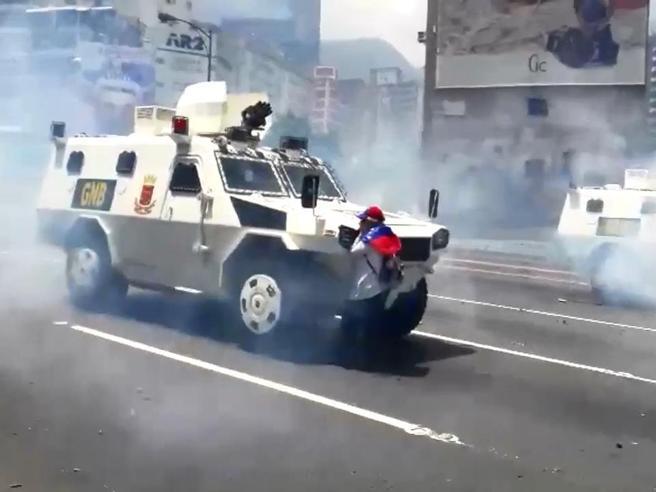 Venezuela, la donna che blocca da sola il blindato