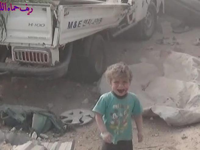 Siria, il bambino esce vivo dalla casa crollata per le bombe video