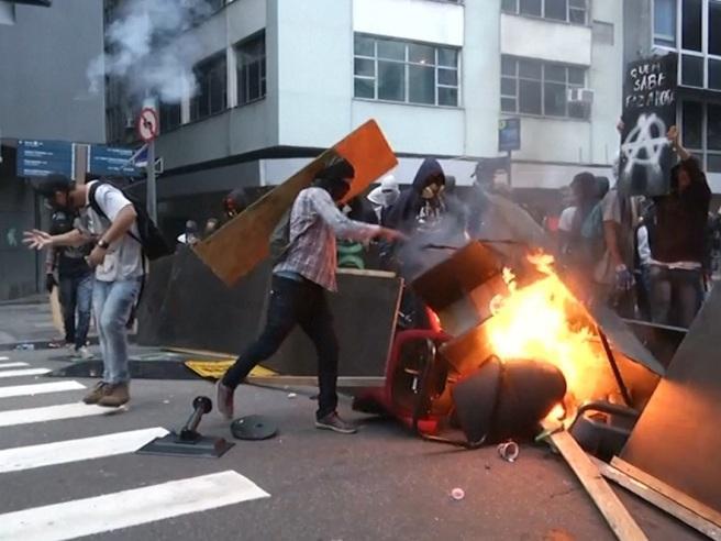 Brasile, sciopero generale e violenti scontri a Rio de Janeiro Il video