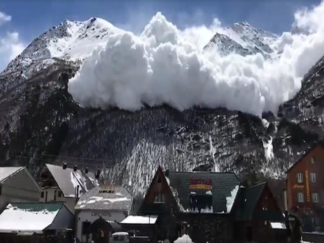 Enorme valanga avvolge  la città: paura nella località sciistica Video