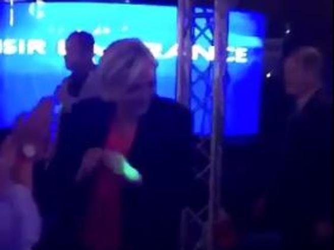 Elezioni Francia: Marine Le Pen balla dopo l'annuncio della sconfitta