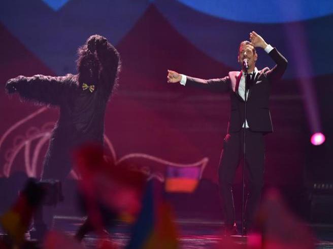 Francesco Gabbani ubriaco all'Eurovision? L'esibizione col gorilla e il tweet della Bbc che ha penalizzato l'italiano