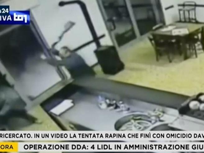Igor, le immagini della rapina di Budrio: così  ha ucciso il barista Davide Fabbri Video