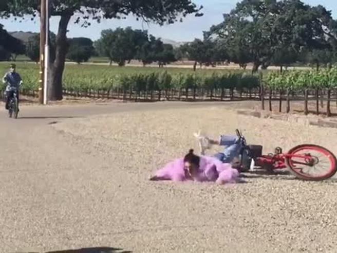 Kendall Jenner cade  dalla bicicletta