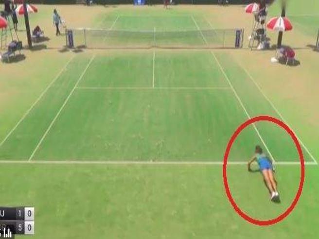 Cosa sta facendo? La tennista si mette a fare le flessioni durante il match