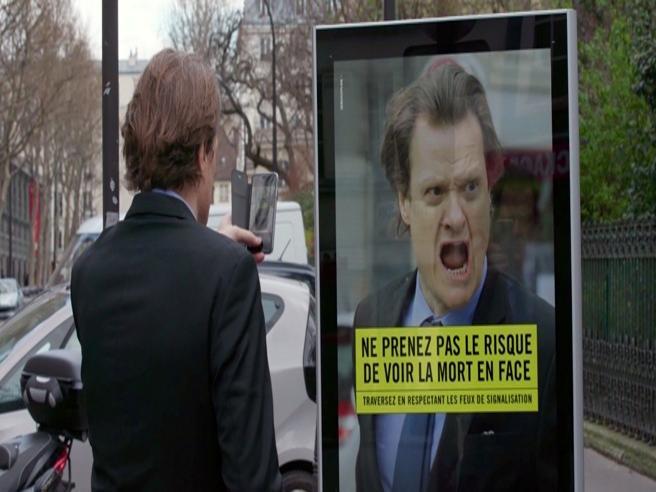 Il cartellone che spaventa a morte i pedoni: la campagna francese sulla sicurezza stradale è geniale