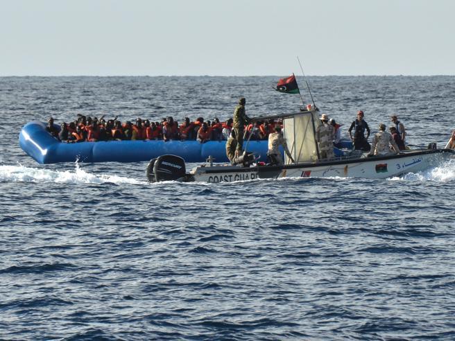 Libia, in mare dove dominano i trafficanti: «Così ci sparano, non possiamo fermarli» video