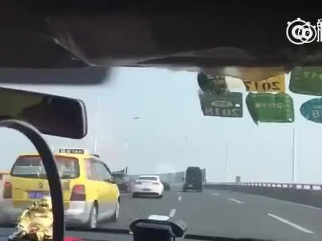 Shangai |  la pazza corsa del taxi |  supera decine di auto in meno di due minuti