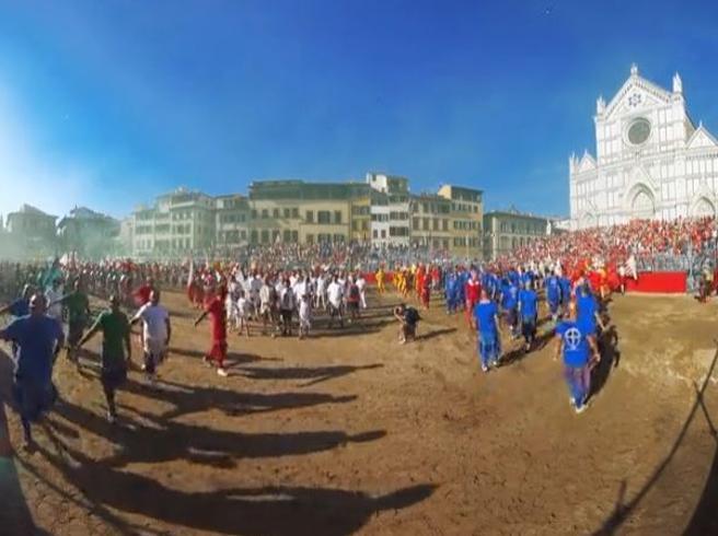 Lo storico calcio fiorentino, un tuffo nel passato a 360 gradi sul «sabbione» di piazza Santa Croce