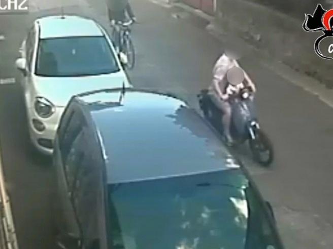 Napoli, arrestato papà scippatore: sul motorino anche il figlio di 4 anni