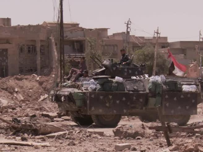 A Mosul tra feriti e bambini soli Caccia ai foreign fighter Video Gli iracheni: «Niente prigionieri»