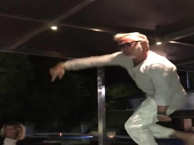 Gianluca Vacchi non resiste alla musica: sale sul tavolo e balla scatenato