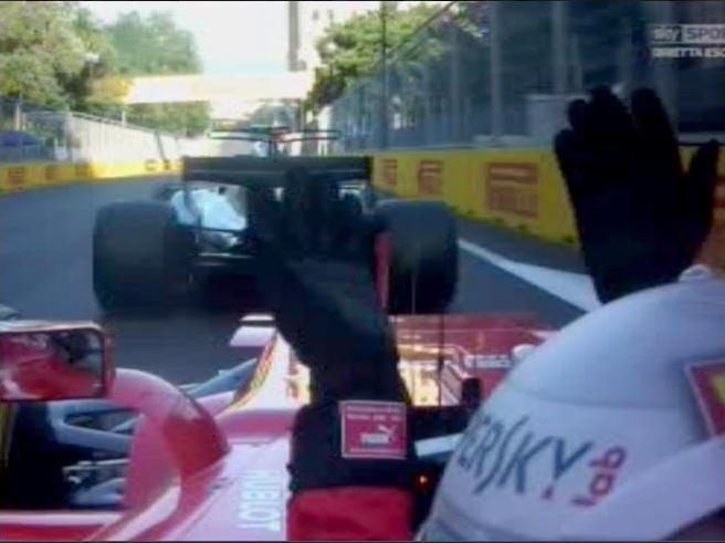 Scontro (a gesti) tra  Vettel e Hamilton in pista