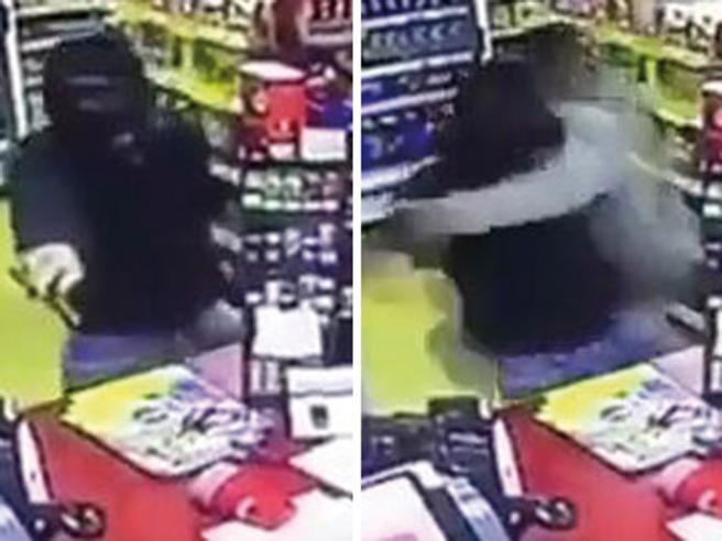 Gb, cliente eroe mette ko rapinatore armato di coltello