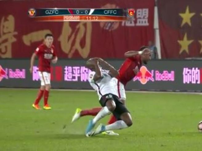 Cina, simulazione dell'anno:  Mbia si butta a terra e si copre il viso dopo che l'avversario gli ruba palla