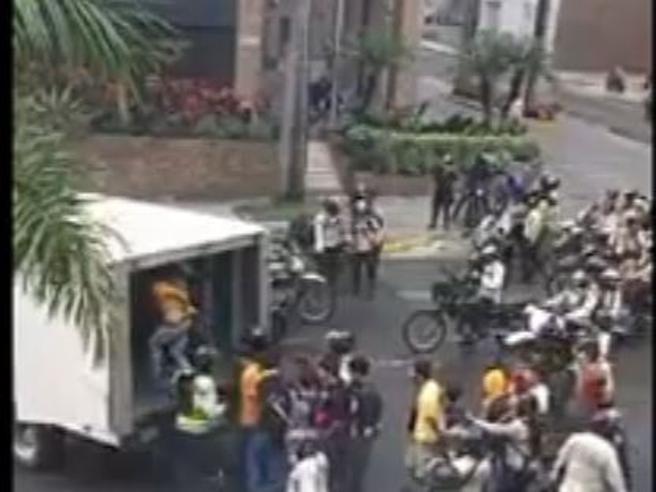 Venezuela: studenti chiusi in un camion con  gas    lacrimogeno video