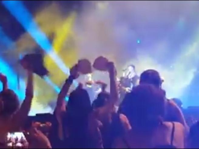 Vasco canta «Rewind» e i reggiseni volano via