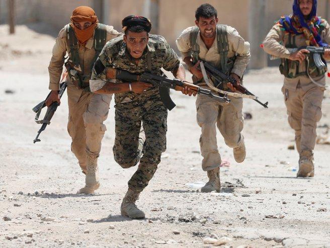 Dentro Raqqa, la capitale del Califfato. Battaglia casa per casa tra i ventenni curdi sotto il fuoco dei cecchini dell'Isis