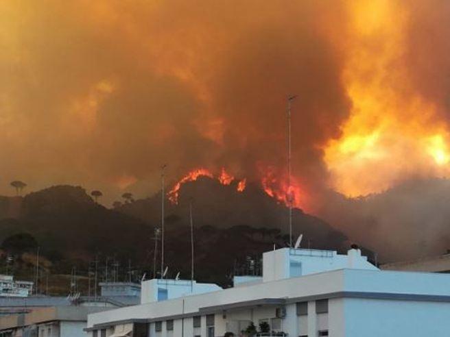 Incendio a messina le fiamme circondano la citt for Volantini messina