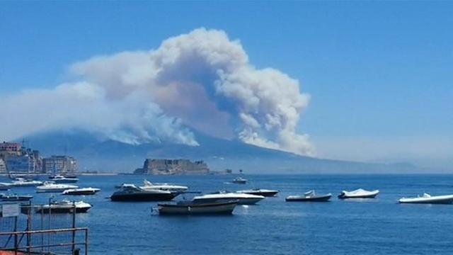 L Incendio Sul Vesuvio Sembra Una Vera Eruzione Corriere Tv