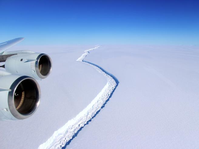 Antartide, si stacca l'enorme iceberg Larsen C: è  grande come la Liguria Il video