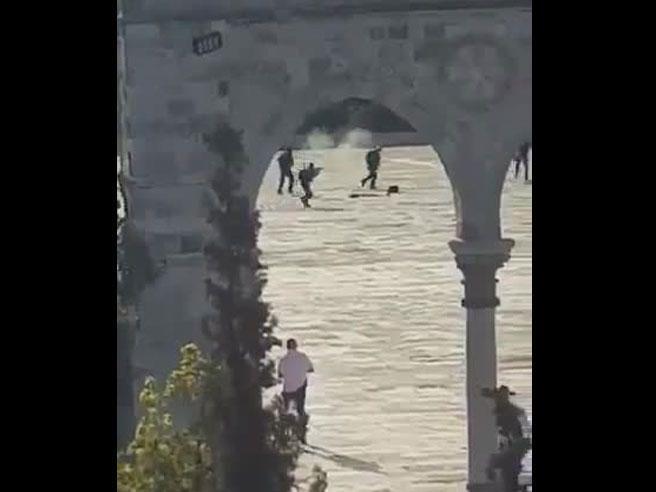 Gerusalemme, attentato alla spianata delle Moschee: uccisi i tre assalitori. Annullata la preghiera del venerdì