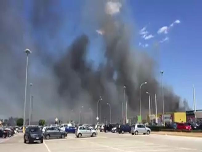 Napoli, vasto rogo vicino a un  centro commerciale: clienti in fuga dalla nube nera  Il video