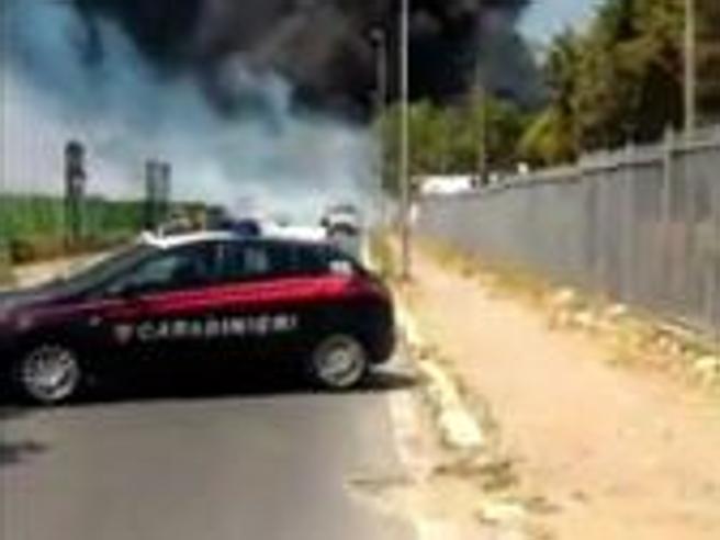Roma, incendio a Centocelle in un autodemolitore: alta colonna di fumo nero Live tv