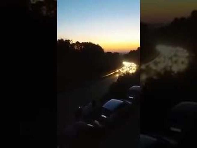 Corse clandestine di cavalli sulla provinciale a Noto tra centinaia di fan. Video