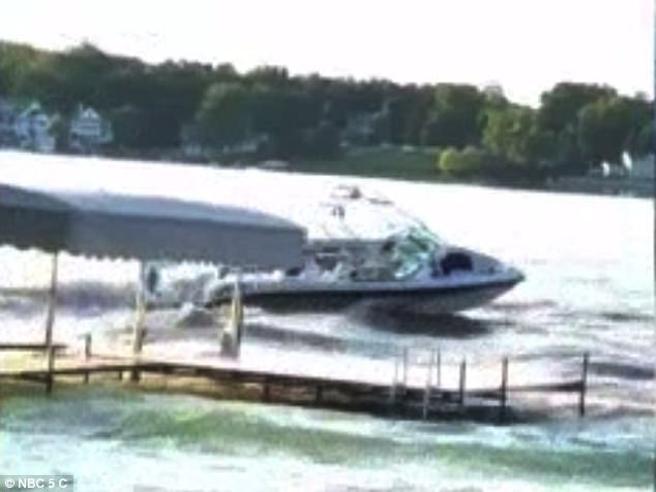 Paura nel porto turistico: il motoscafo fantasma causa 10 feriti