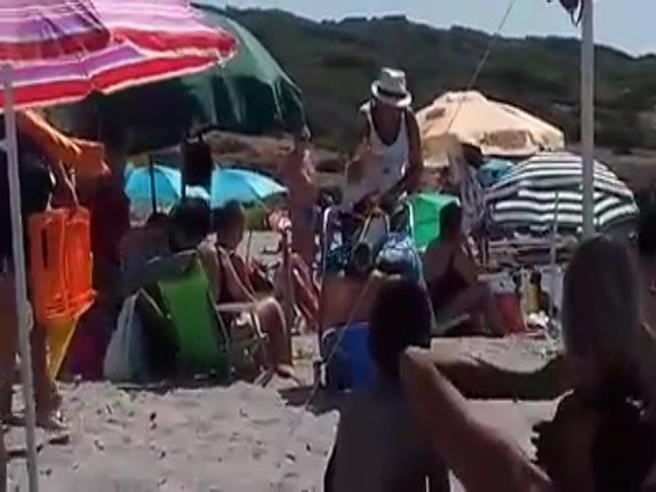 La turista versa l'olio del tonno in mare, il sardo le dà una lezione di civiltà: «La spiaggia è di tutti»