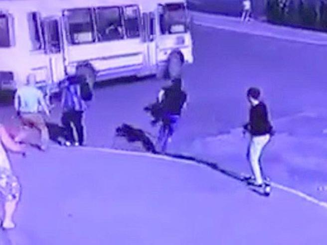 Bimba rimane incastrata nelle porte del bus: trascinata per alcuni metri è salva per miracolo