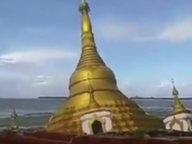 Inondazioni in Myanmar, pagoda inghiottita dal fiume video