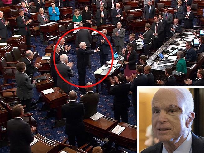 Usa, in Senato primo no al piano  anti-Obamacare. E McCain torna in Aula dopo il tumore Video