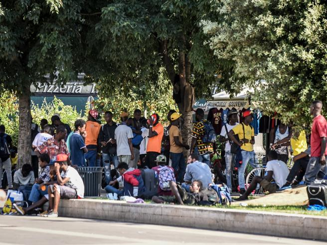 Milano, piazza della stazione invasa dai migranti: nuovo blitz della polizia Diretta