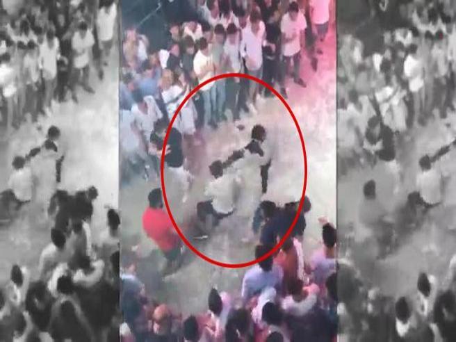 Spagna, picchiato a morte  in discoteca:  pugni e calci in faccia. Il video  dell'aggressione a Niccolò Ciatti