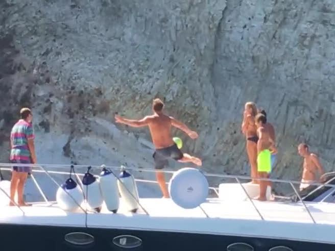 Il passaggio perfetto di Totti, da barca a barca (quasi 30 metri)