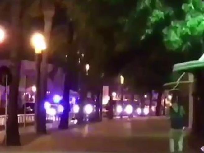 Sventato un nuovo attacco a Cambrils, uccisi 5 attentatoriSpari in strada |Corpi a terra Cosa è successo  videoracconto