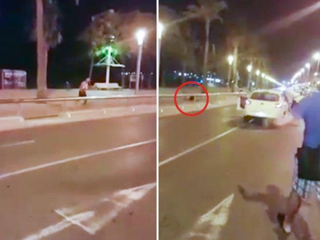 Cambrils, il terrorista e gli spari della  polizia: «Rideva mentre  lo colpivano» VideoColpi in strada|Corpi a terra