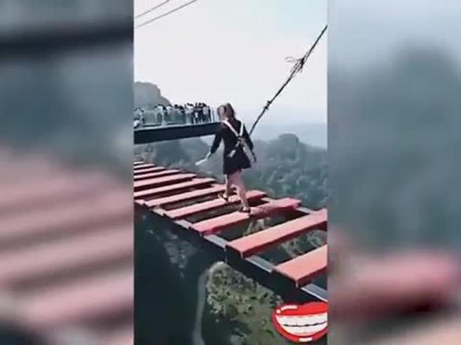 Prova di coraggio sul ponte sospeso: la ragazza va come un treno, il ragazzo fa una figuraccia