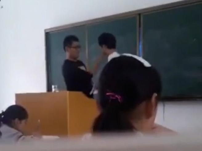 Cina, ecco cosa succede agli studenti che non sanno recitare la poesia Video