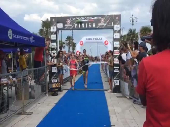 Il finale pazzesco della gara di triathlon: la francese è convinta di avere vinto, l'italiana la supera all'ultimo...