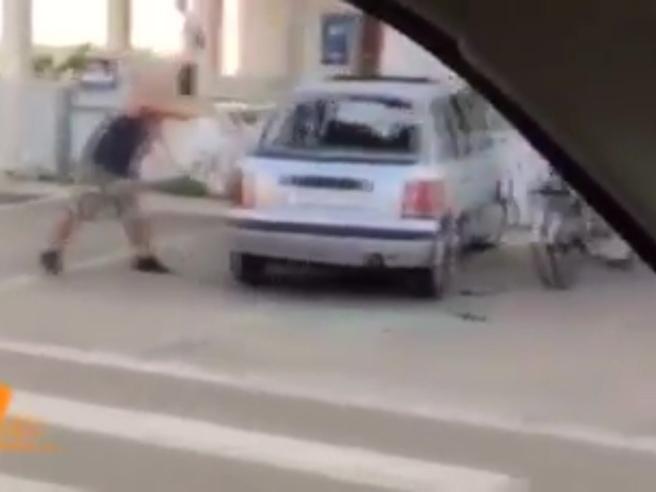 Noemi, il fidanzato  spacca un'auto quando scopre di essere sospettato Video