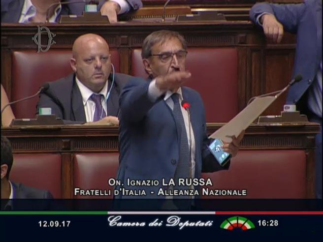 Fascismo, La Russa in Aula: «Attenti ad alzare la mano...» e fa il saluto romano