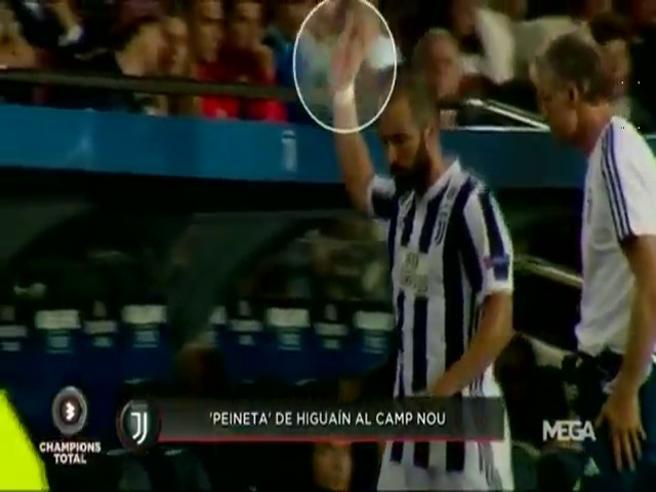 Higuain perde la testa, gestaccio ai tifosi blaugrana: ora rischia la squalifica